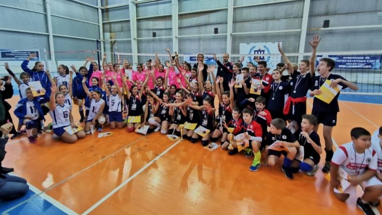 Над 300 деца играят волейбол на фестивал за подрастващи на ВАСК (снимки)