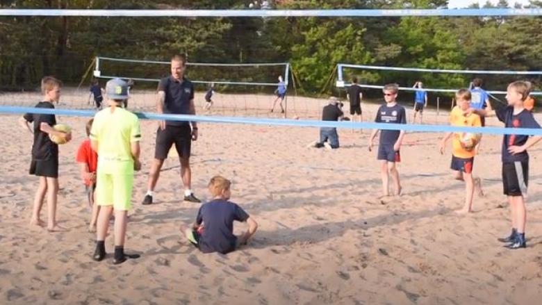В Нидерландия разрешиха тренировки на подрастващи на плажа (видео)
