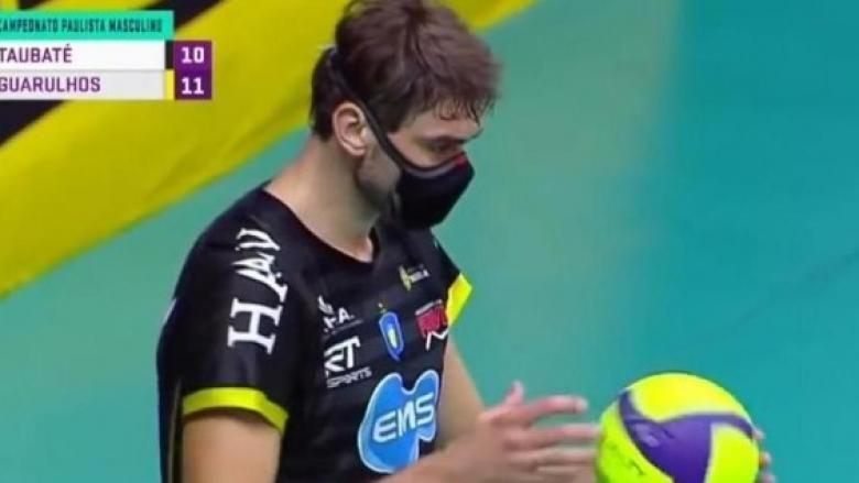 Бразилски национал тренира и играе с маска