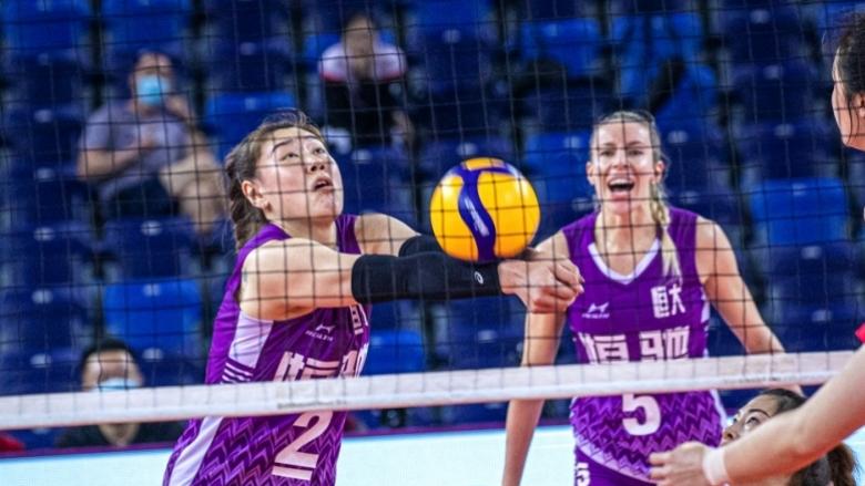Добриана Рабаджиева и Гуанджоу в подножието на върха в Китай