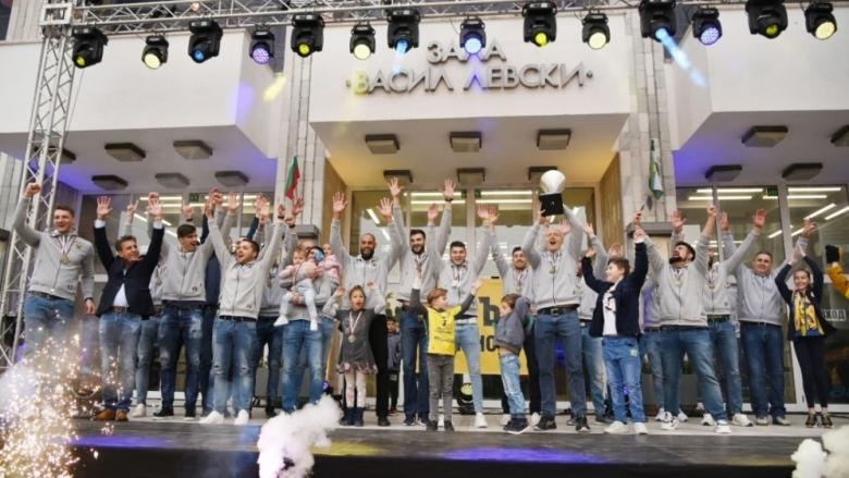 Уникално посрещане на шампионите от Хебър (видео и снимки)