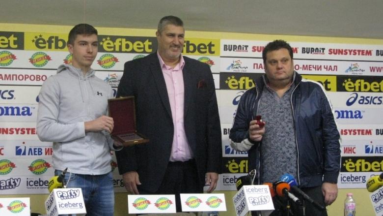 Националите U19 и Мартин Стоев – Отбор №1 и Треньор №1 на месец септември
