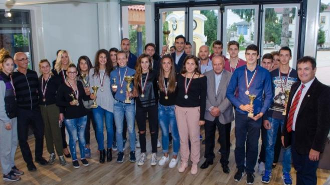 Кметът на Бяла награди плажни волейболисти