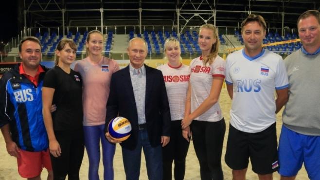 Путин на визита при плажни волейболисти