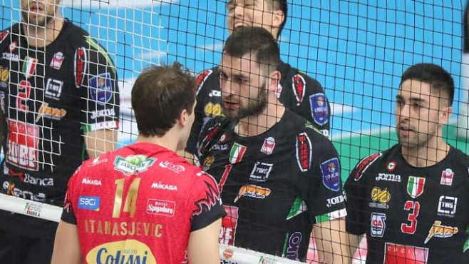Червени картони за Соколов и Атанасийевич след скандал край мрежата (Видео)