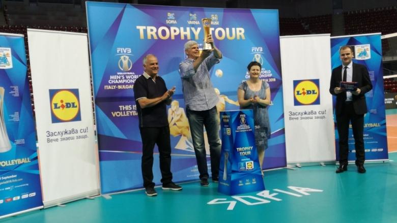 Димитър Златанов вдигна символично купата на световното