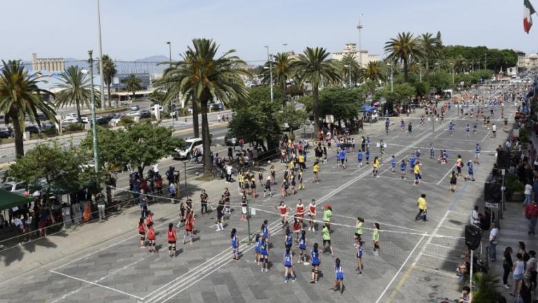 Невероятно! 3000 деца играят волейбол на улицата (Видео)