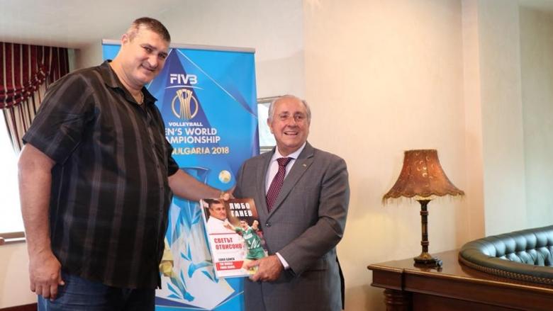 Любо Ганев подари автобиографията си на президента на FIVB