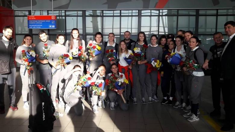 Много цветя и настроение при посрещането на волейболистките ни