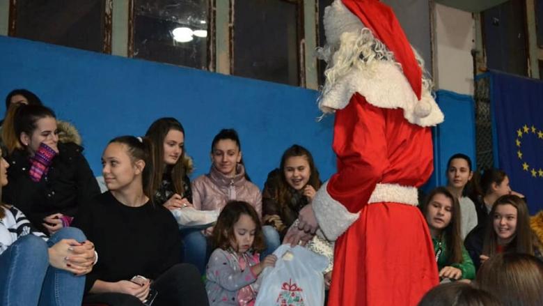 Дядо Коледа раздаде подаръци на волейболистите от Арда (снимки)